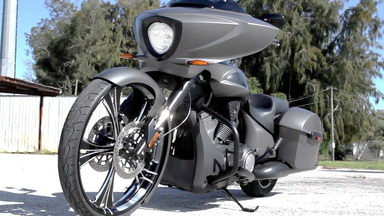 26 front wheel custom victory cross country bagger by roaring toyz youtube. Black Bedroom Furniture Sets. Home Design Ideas