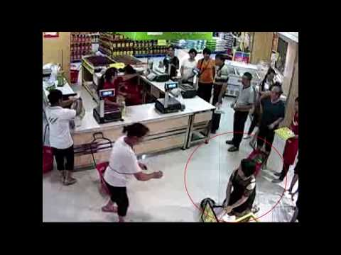 Pregnant woman faints at supermarket, saved by doctor, in Jiangxi, China