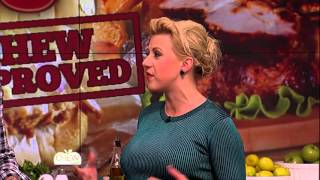 Jodie Sweetin Dominates 'Catch That Phrase' - The Chew