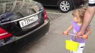 Элли знает все машины! 2 года 1 месяц(На парковке маленькая двухлетняя девочка удивляет всех знанием марок машин. Baby girl knows all cars, two years old! http://www.odn..., 2013-07-17T09:32:18.000Z)