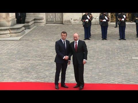 AFP: Macron reçoit Poutine en grande pompe au Château de Versailles
