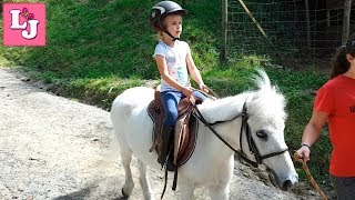 Валерия и Пони Тэн идут на прогулку Лера ухаживает за НАСТОЯЩИМ пони Valeria y Pony Ten van de paseo