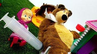 UNA PUNTURA PER ORSO - Masha va da Orso con la Dottoressa Peluche per farli la puntura !  Giochi