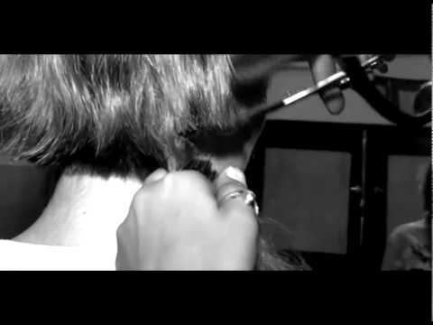 بالفيديو: زيزي عادل تبكي بشدة قبل قص شعرها كالرجل!