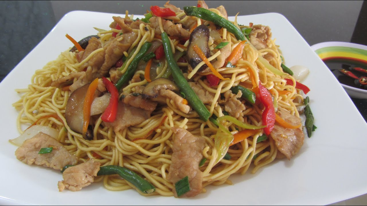 Кулинария: жареная лапша с овощами и мясом.