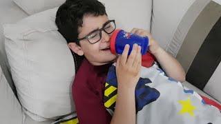 Biberonlu Çocuk Ağlıyor Emzikli Şeker Verince Gülüyor