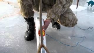 Как ловить рыбу сетями зимой? Работа с торпедой. fishing with nets.