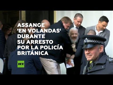Fotografía de agosto de 2012, del fundador de WikiLeaks, el australiano Julian Assange, mientras se dirige a los medios y a sus seguidores desde un balcón de la embajada de Ecuador en Londres. EFE