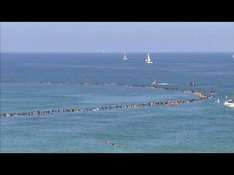 راكبو أمواج إسرائيليون يحطمون رقماً قياسياً بهدف حماية البيئة …