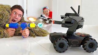 يجمع سينيا روبوتًا ويلعب مع والده في المهنة العسكرية