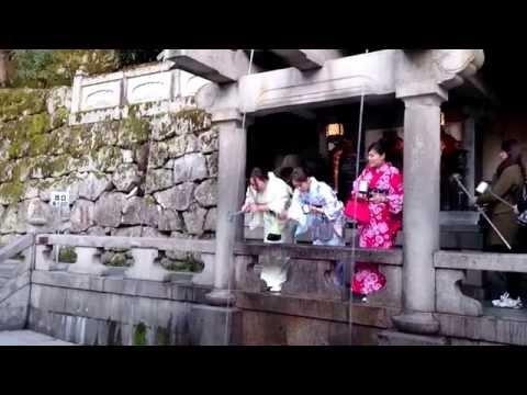Японские девушки в кимоно с палками для селфи