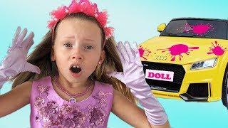 Alice finge jugar con un nuevo auto