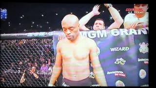 Anderson Silva quebra a perna na revanche.
