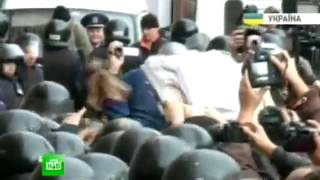 В Киеве толпа рвется к мэрии, разносит ограждения и бьет силовиков(, 2013-10-02T08:27:51.000Z)