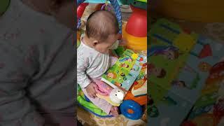 책장을 넘기며 책보기  6개월아기