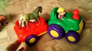 Зеленый трактор, везет домашних животных