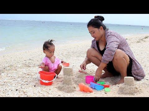 Bayi Lucu Mandi di Pantai Bali dan membuat Istana Pasir - Baby Playing  at the Beach - sand castle