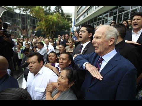 Alcalde Álvaro Arzú se pronuncia ante empleados municipales afuera de la Municipalidad
