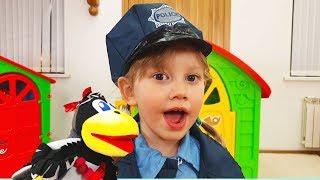 Alena juega a la policía y busca corona de juguete