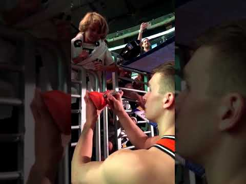 Bogdan Bogdanovic gives his shoes to young fans after the Rising Stars Game - 16/02/2018