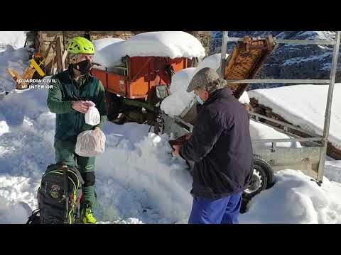 VÍDEO La Guardia Civil lleva medicamentos a los vecinos de Ponga aislados por la nieve
