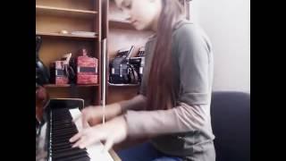 Девочка хорошо играет на пианино