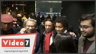 إبراهيم عيسى وأولاده يلتقطون صور مع عادل إمام فى عرض فيلم