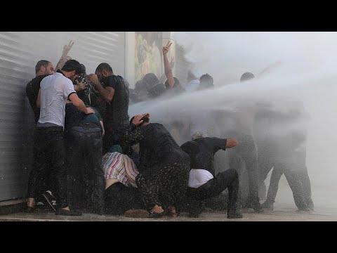 شاهد: الشرطة التركية تستخدم مدافع المياه والهراوات لتفريق محتجين أكراد…  - 19:53-2019 / 8 / 20