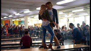 """Сцена из фильма """"Статус: Обновлен""""  Кайл исполняет песню в столовой."""