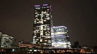 燈光點綴的中信金控企業總部大樓