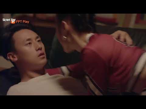 Angela Phương Trinh Rocker Nguyễn khoá môi nồng cháy trên salon