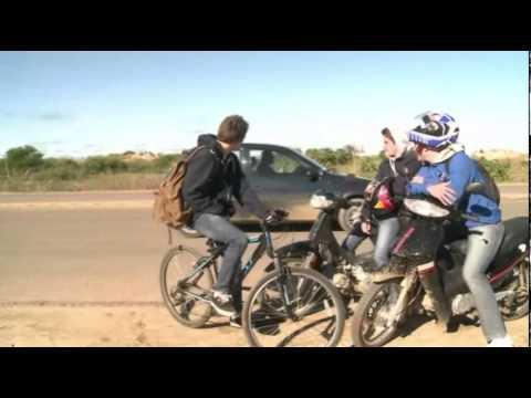 Luis Suárez saluda a sus seguridores en Uruguay