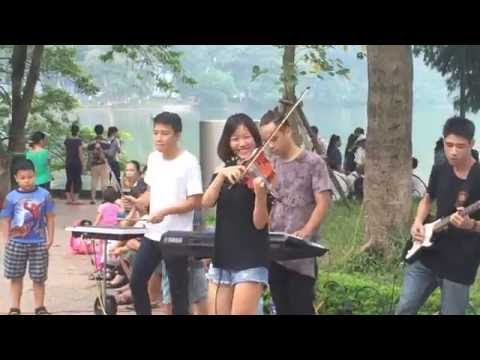 Hanoi Walking Street Music Performance - Em Cua Ngay Hom Qua Violin Version