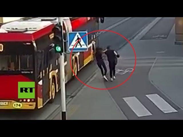 https://www.metro.pr/pr/destacado-tv/2018/04/18/empuja-amiga-broma-casi-la-atropella-autobus.html