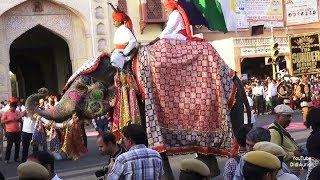 Indien India Jaipur Prozession The Teej Festival in Rajasthan Elephant and Camel Umzug Strassenfest