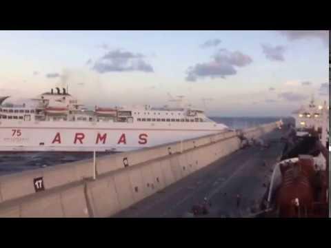 EL FERRY VOLCÁN DE TAMASISTE EMBISTE CONTRA EL MUELLE DE LAS PALMAS