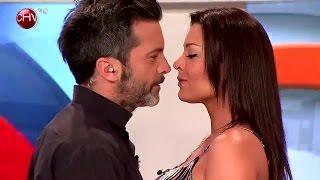 Repeat youtube video Pilar Ruíz y Cristián Sánchez se dieron un entretenido beso que se robó la pantalla - SQP