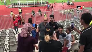 جماهير الأهلي تلتف حول محمود متولي لالتقاط الصور التذكارية معه