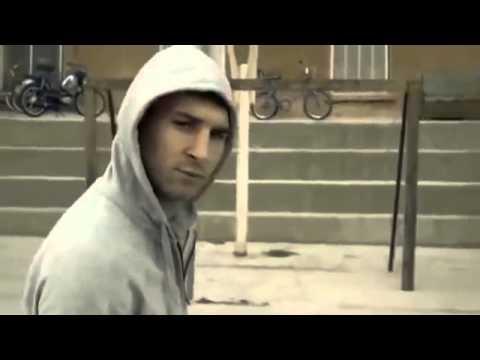 Vídeo Comercial FIFA y Messi fútbol callejero fútbol divertido   Messi Vs NiñosTrailer oficial
