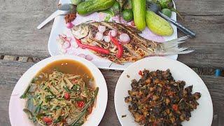 อาหารอีสานบ้านบ้าน ซุปหน่อไม้ คั่วหอยเชอรี่ ปิ้งปลาส้ม บรรยากาศเถียงนา