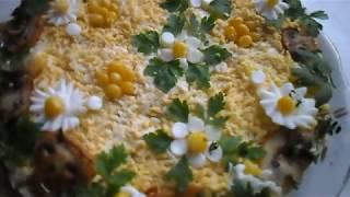 Салат с курицей , грибами и маринованными  огурцами .