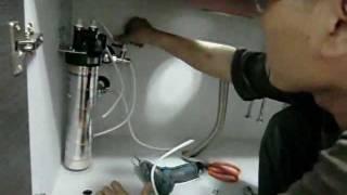 系統廚具工程現場-安裝水槽的相關配件,如水龍頭、濾水器、排水管...等