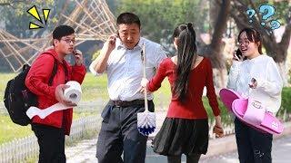 【大树君】中国街头测试:往打电话的路人手里递东西,他们什么都敢接!