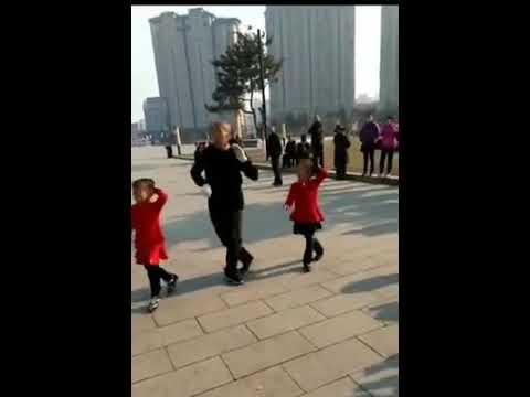 Shanghai-Mädchen, das mit Großvater tanzt