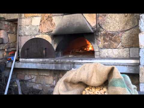 En Corse, la fabrication de la farine de châtaigne; une filière en péril..