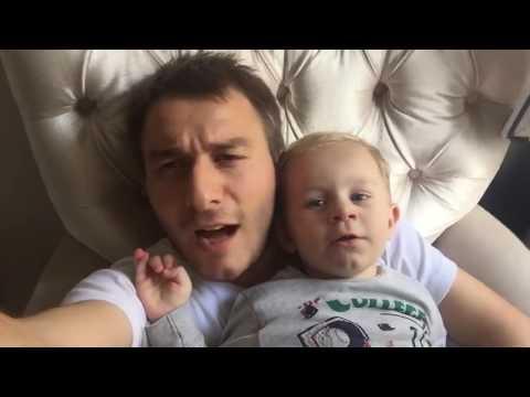 Babasıyla beraber horon söyleyen bebek