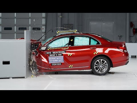 2016 Mercedes-Benz C-Class driver-side small overlap IIHS crash test