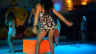 Девушки танцуют в клубе трясут попками