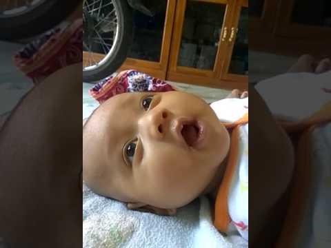 Bayi kaget dan ketawa dengerin ayah nya bersin....