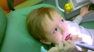 Профессиональная чистка зубов ребенку(Мальчик, 3 года. Чистка проводится с помощью механической щётки и аброзивной зубной пасты. Длительность..., 2015-02-24T07:51:26.000Z)